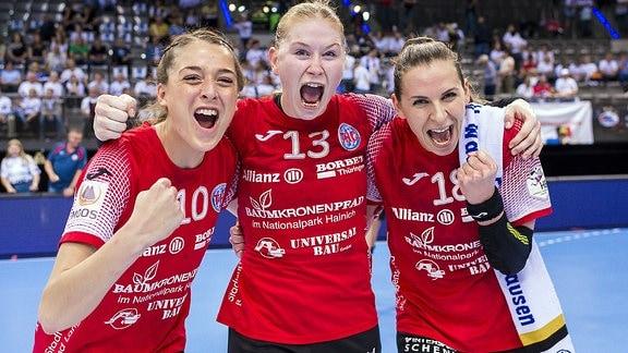 v.li. Alexandra Mazzucco, Meike Schmelzer, Iveta Luzumova (alle THC)  jubeln