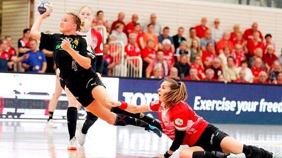 Thüringer HC - BVB Dortmund (im Bild: Iveta Koresova (THC) gegen Merel Freriks (Dortmund))