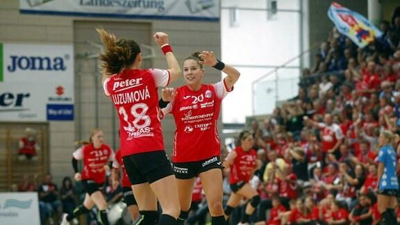 Iveta Luzumovß (THC) und Emily Bölk (THC)