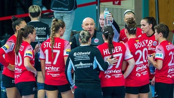 Ansprache durch den Trainer Herbert Müller (Thüringer HC)