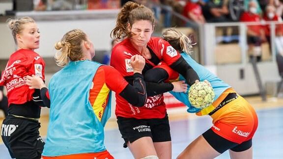 Handballspielerinnen im Kampf um den Ball.