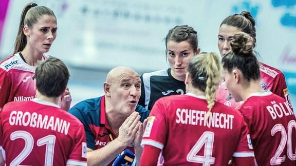 Ansprache von Trainer Herbert Müller an die Mannschaft.