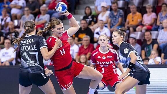 Handballspielerinnen beim Spiel.