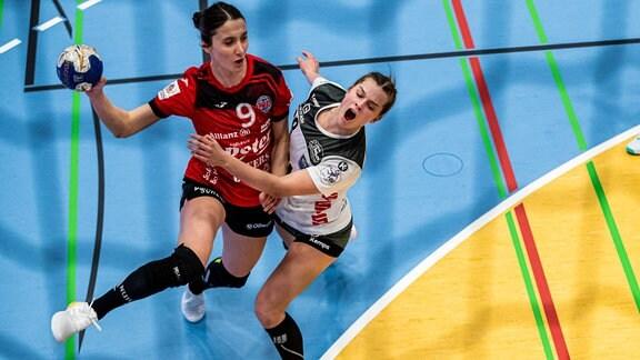 Teresa von Prittwitz (Buxtehuder SV) und Asli Iskit (Thueringer HC) spielen Handball.