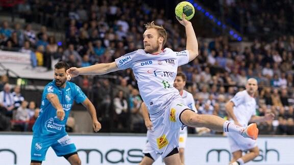 Daniel Pettersson (SCM Magdeburg, 11) beim Ballwurf.