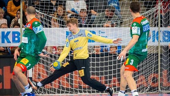 Torhueter Tobias Thulin (Magdeburg) hält den Ball