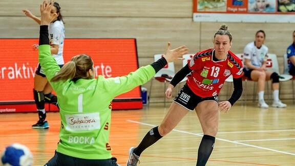 Swantje Heimburg ,SV Union Halle, bezwingt Torfrau Anne Bocka, Göppingen