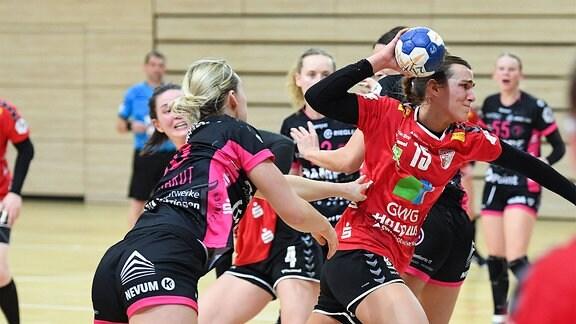 v. li. im Zweikampf Lena Degenhardt, Metzingen, und Cecilie Woller ,Halle.