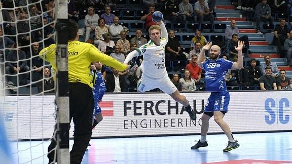 Franz Semper (DHfK Leipzig / 3) beim Sprungwurf.