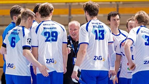Trainer Uwe Jungandreas spricht zu den Spielern