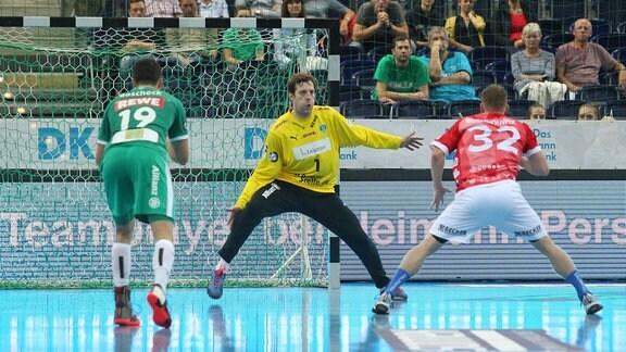 Torwart Jens Vortmann ( 1, SC DHfK Leipzig) gegen Jeffrey Boomhhouwer (32, Bergischer HC)
