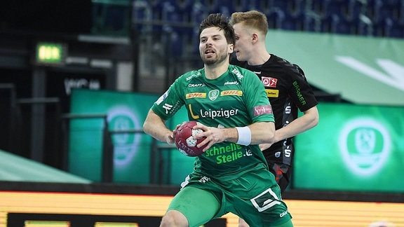 Patrick Wiesmach Aussenspieler DHfK Leipzig, Rueckennummer 4 beim Torwurf beim Handball-Bundesliga-Spiel DHfK Leipzig gegen Essen.