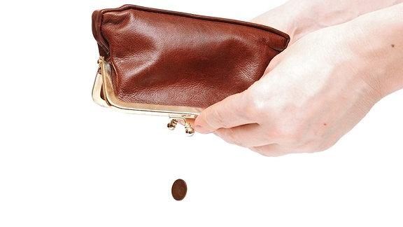 aus einem leeren Portemonnaie fallen zwei Cent