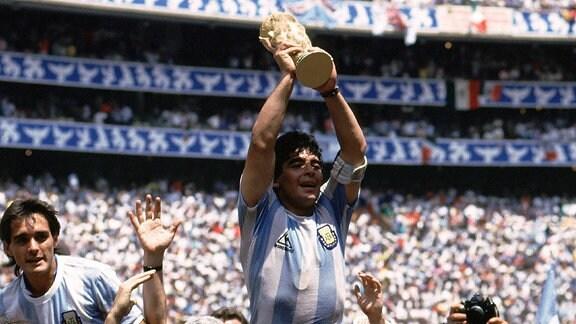 Maradona hält den Weltmeisterpokal hoch
