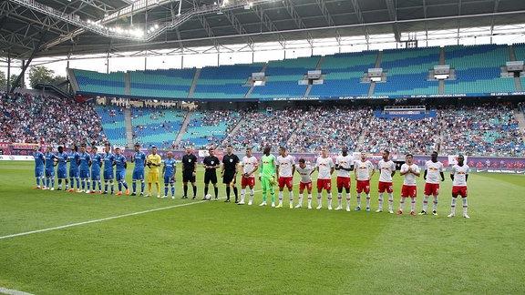RB Leipzig - Universitatea Craiova . Begrüߟung der Mannschaften.