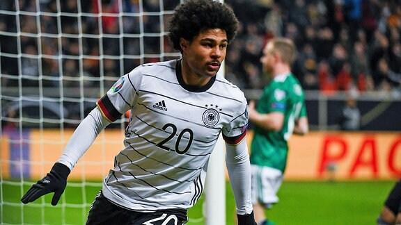 Serge Gnabry bejubelt seinen Treffer zum 4:1 für Deutschland gegen Nordirland
