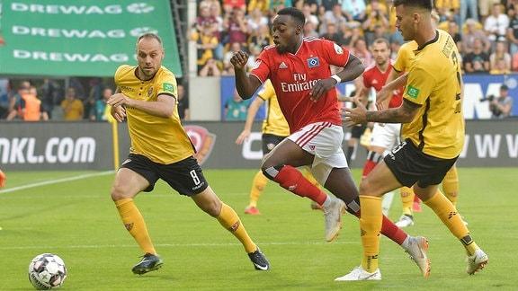 Im Bild: Rico Benatelli (Dynamo Dresden), Khaled Narey (Hamburg, HSV, Hamburger SV), Dario Dumic (Dynamo Dresden) auf dem Feld.