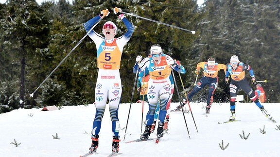 Jubel von Emma Ribom (Schweden) (Mitte) im Finale vor Johanna Hagstroem (Schweden) beim Langlauf-Sprint U23