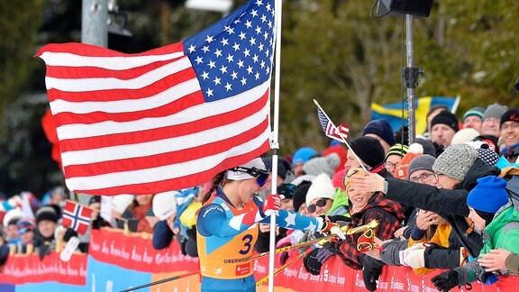 Julia Kern (USA) bei Fans nach dem beim Langlauf-Sprint U23.