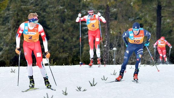 Vebjörn Hegdal (Norwegen) (li.) siegt vor Harald Østberg Amundsen (Norwegen) und Mattia Armellini (Italien) beim Langlauf-Sprint U23.