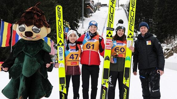 Thea Minyan Björseth, Marita Kramer, Lara Malsiner mit Jens Weißflog
