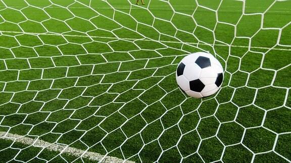 Ein Ball fliegt in ein Netz