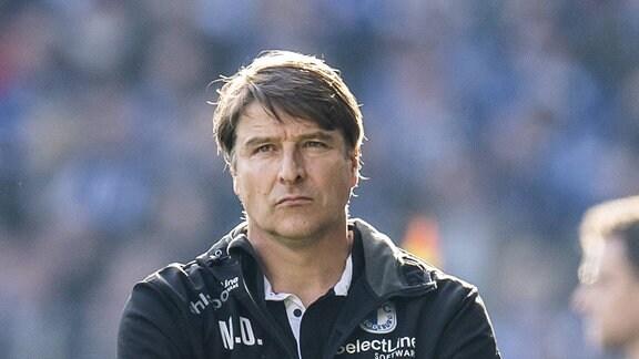 Arminia Bielefeld - 1. FC Magdeburg in der Schüco-Arena in Bielefeld. Magdeburgs Trainer Michael Oenning hat die Arme verschränkt.