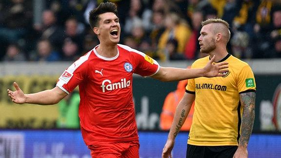 Mathias Honsak (Holstein Kiel) li., erzielt das 2:0
