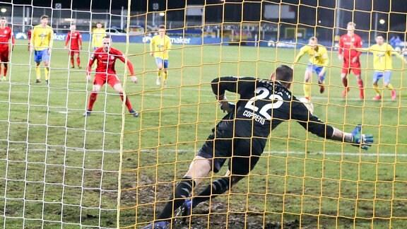 Tor für Zwickau v.l.: Fabio Viteritti (11, Zwickau) trifft per Strafstoß zum 0:1 gegen Torhüter Jo Coppens (22, Jena)