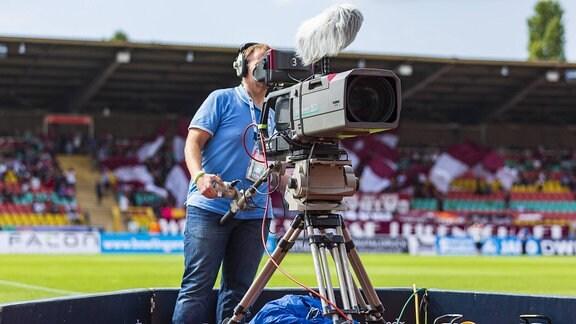 Kameramann des MDR in einem Stadion