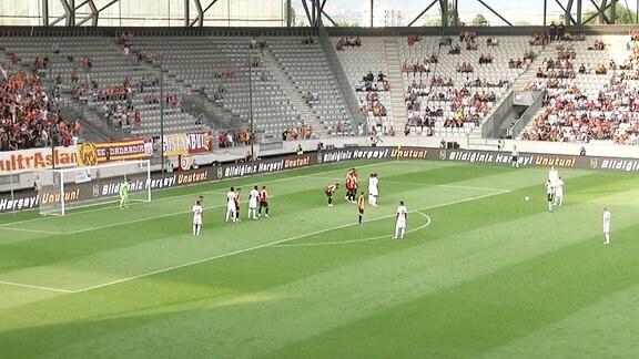 Das Bild zeigt eine Spielszene des Testspiels RB Leipzig gegen Galatasaray Istanbul.