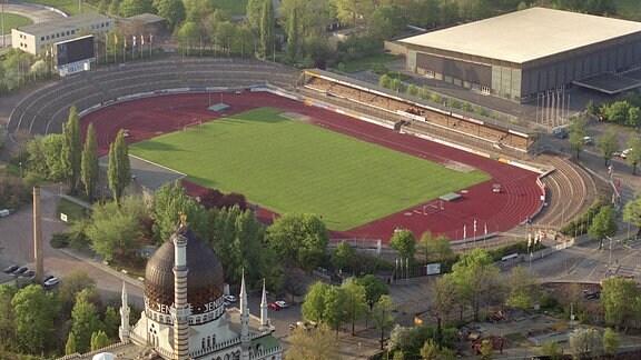 Das Heinz-Steyer-Stadion in Dresden, aufgenommen 2000 aus der Luft, dahinter die Eissporthalle, im Vordergrund die Yenidze