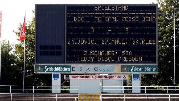 Die Anzeigetafel im Heinz-Steyer-Stadion des Dresdner SC, 2003