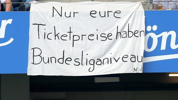 """Banner im Stadion mit """"Nur eure Ticketpreise haben Bundesliganiveau""""."""