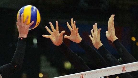 Angriff und Block mit Ball im Spiel Japan gegen Portugal