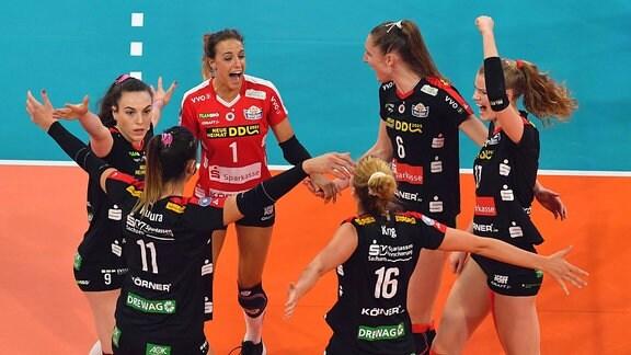 Volleyballerinnen freuen sich über ihren Sieg nach dem Spiel.