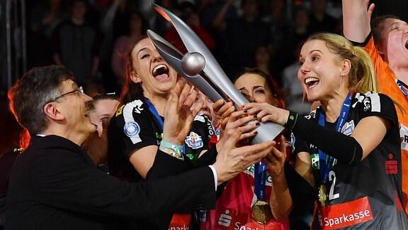 v.l.: Rene Hecht DVV-Präsident übergibt an Lena Stigrot, Lenka Dürr und Mareen von Römer, alle Dresden, den Pokal, Siegerehrung, der Dresdner SC ist Pokalsieger 2020