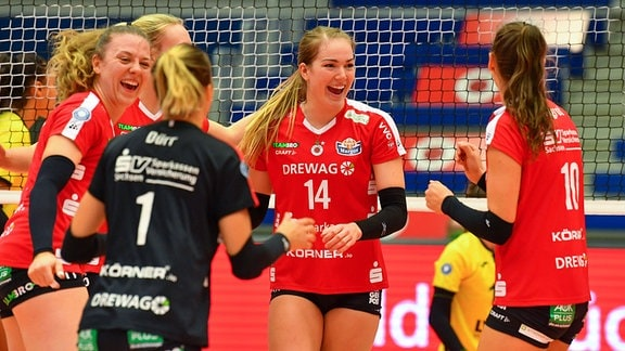 Jubel beim Dresdner SC, in der Mitte: Jenna Gray 14, Dresdner SC gegen USC Münster