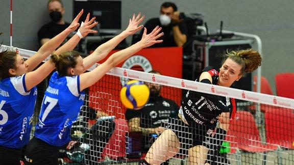 hinterm Netz: Maja Storck (Dresden) gegen Michaela Mlejnkova und Mira Todorova (17, beide Stuttgart)
