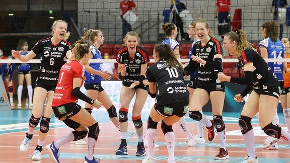 Jubel beim Dresden SC , von links: Jennifer Janiska / Lenka Dürr / Camilla Weitzel / Jenna Gray