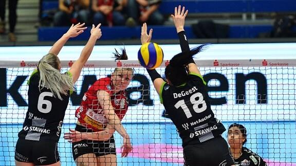 Piia Korhonen (Dresden) gegen Marrit Jasper (6) und Krista Marie DeGeest (beide Aachen)