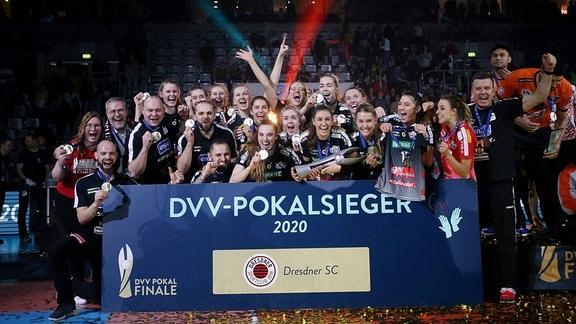 Dresdens Mannschaft jubelt mit dem Pokal über den Sieg