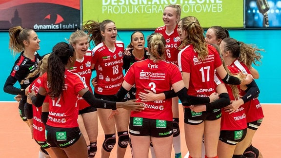 Die Dresdener Spielerinnen feiern den Sieg.