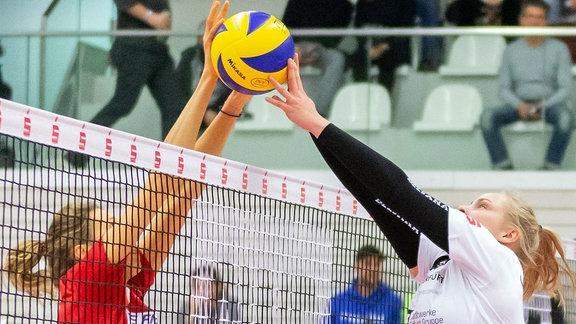 Jennifer Pettke (Rote Raben Vilsbiburg, 15) blockt gegen Antonia Greskamp (Schwarz-Weiß Erfurt, 9)