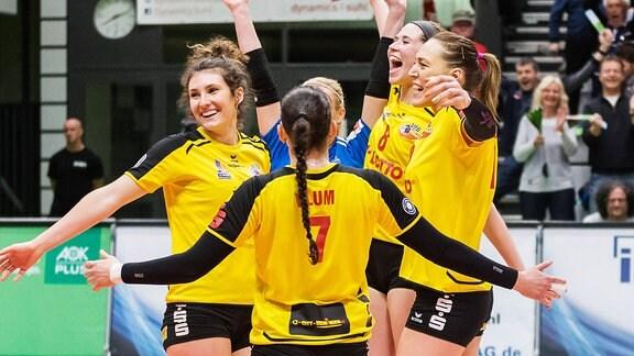 Die Spielerinnen des VfB Suhl jubeln