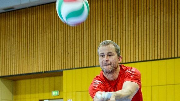 Sitzvolleyballer Alexander Schiuffler beim Training