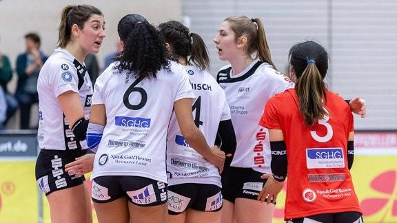 Spielerinnen von Schwarz-Weiß Erfurt stehen im Mannschaftskreis