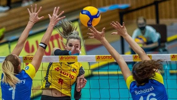 v.l.Greta Szakmary 01 Schweriner SC , Jelena Sunjic 08 VfB Suhl Lotto Thüringen  und Marie Schölzel 16 Schweriner SC