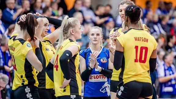 Volleyball-Spielerinen stehen beienander (Sophie Tauchert , 6 VFB Suhl Thueringen, und Team).