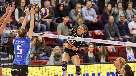 MTV Stuttgart (in blau), gegen Dresdner SC (in rot); Lena Stigrot gegen Molly McCage, rechts beobachtet von Maren von Römer und Maria Segura